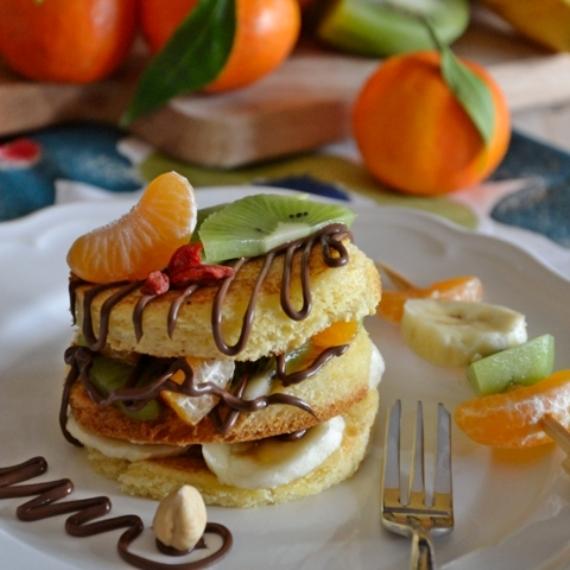 Pancakes di pandoro con crema di cacao e nocciole e frutta fresca - rid web_570