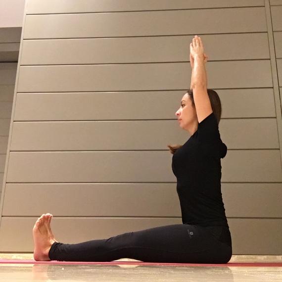 Cominciare bene la giornata con lo yoga - Claudia Porta su iocominciobene - posizione Paschimottanasana