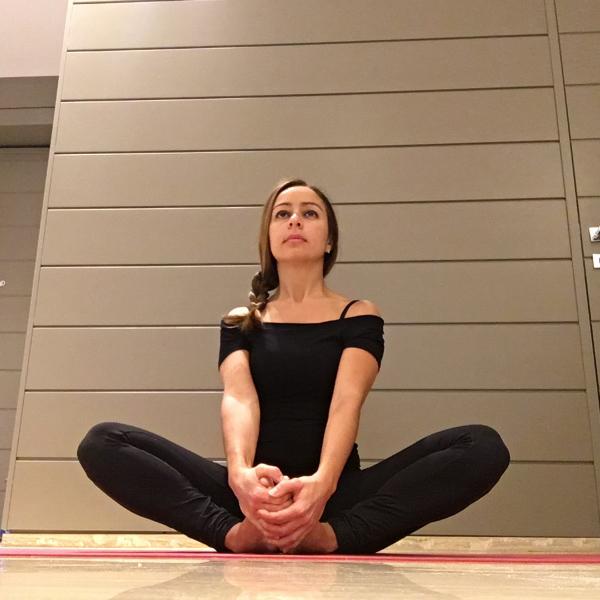 Cominciare bene la giornata con lo yoga - Claudia Porta su iocominciobene - posizione yoga farfalla